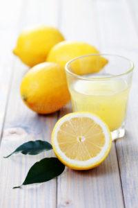 Le citron en cure détox présente un risque pour la santé siil est pris à jeun, le matin. Intégré dans une alimentation variée et saine, le citron bénéficie de vertues antioxydante et vitaminée.