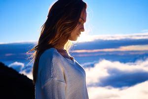 La méditation de pleine conscience est une méthode pour se recentrer sur soi et prendre les bonnes décisions. Elle permet la gestion du stress et de renouer avec ses sensations notamment de faim, de satiété, d'amour.