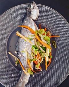 Ce plat minceur aux saveurs asiatiques (gingembre, carotte, poireau) est adapté à un régime santé. La truite de Banka est élevée au Pays Basque, en France.