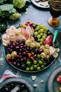 Assiette d'olives provençales pour un apéro végétarien, frais et coloré : soirée entre amis ou en famille réussie !