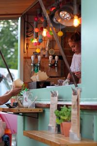 Soirée d'été entre amis au food truck en bord de plage ou à un concert : le bonheur !