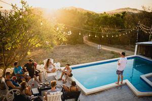 Soirée d'été entre amis au bord de la piscine : convivialité, apéritif gourmand et healthy, soleil et rires assurés !