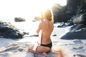 Séduire fait partie de la relation sociale et le bronzage est un accessoire hyper sexy de l'été : à consommer avec modération !