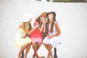 Mettre un chapeau, des habits corrects et de la crème solaire pour se protéger du soleil : bon sens et jugeote