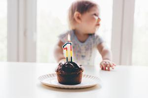Bébé est récompensé : c'est jour de fête et il adroit à son premier gâteau au chocolat plein de sucre ! Hummm !