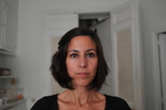 Portait thérapeutique pleine lumière, sans filtre, sans masque, sans sourire : visage à l'état brut à l'instant